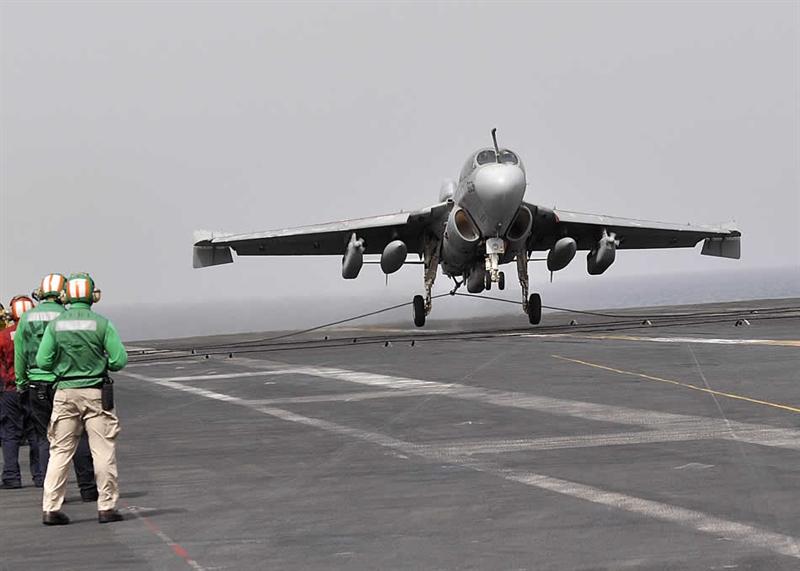 Theo nguồn tin trên, được phát triển từ máy bay tấn công 2 ghế ngồi A-6 Intruder, lần đầu tiên EA-6B Prowler được đưa vào Hải quân Mỹ năm 1971. Hiện nay, đơn vị cuối cùng của Hải quân Mỹ đã được chuyển sang sử dụng các máy bay Boeing E/A-18G Growler. Trong ảnh: Máy bay EA-6B Prowler.