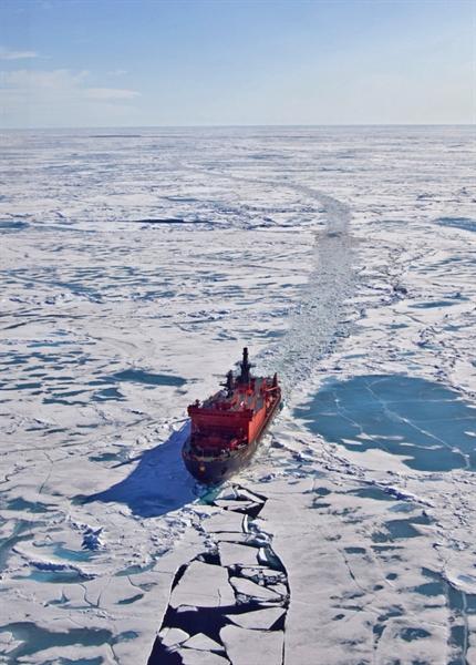 Trong khi đó, Nga có tới 6 tàu phá băng hạt nhân. Đó là những con tàu khổng lồ đủ sức hoạt động độc lập nhờ có trạm năng lượng hạt nhân và cho phép tổ chức điều hướng gần như ở bất cứ nơi nào và ở bất cứ thời điểm nào. Tuy nhiên, tất cả vấn đề không chỉ ở tàu phá băng. Trong ảnh: Tàu phá băng nguyên tử \