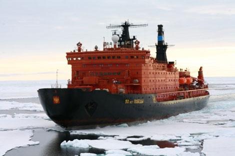 """Chưa hài lòng với hạm đội đặc biệt này, hồi cuối năm 2014, nhà máy đóng tàu """"Baltich"""" đã tiến hành lễ khởi công đóng con tàu phá băng nguyên tử thế hệ mới LK-60 thuộc dự án 22220 có công suất lớn nhất trên thế giới. Tàu này sẽ được đưa vào trang bị cho Hải quân Nga vào năm 2017. Theo dự án này, Nga sẽ đóng thêm 2 tàu tương tự và sẽ đưa vào trang bị trong các năm 2018- 2020. Trong ảnh: Tàu phá băng nguyên tử \"""
