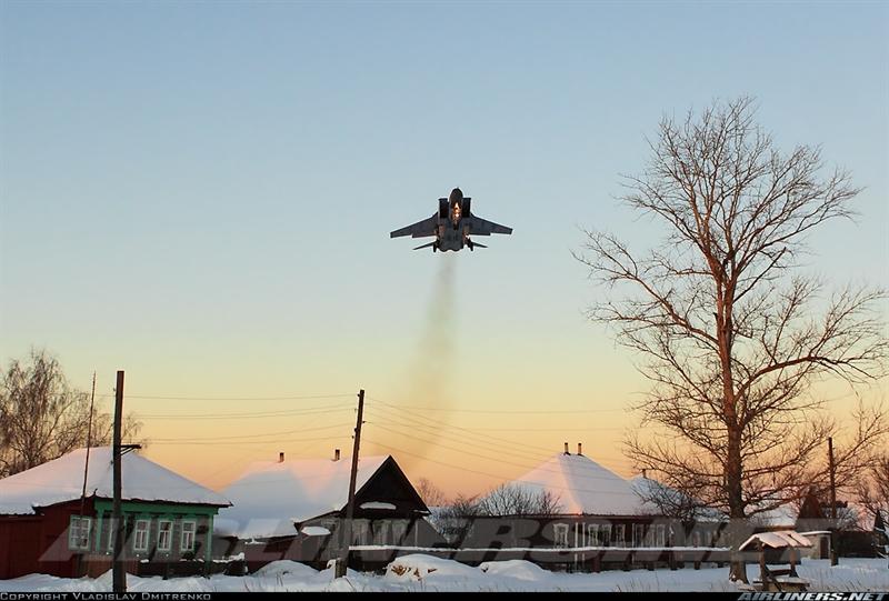 """Mới đây nhất là cuối tháng 6/2015, Phó tư lệnh Lực lượng phòng không Nga, cho biết Điện Kremlin sẽ triển khai máy bay chiến đấu, các hệ thống tên lửa đất đối không, radar tới Bắc Cực.""""Chúng tôi muốn bảo vệ lợi ích đất nước trong khu vực xung quanh biên giới và cả lợi ích ở Bắc cực"""" - ông Makarov nói. Trong ảnh: Tiêm kích MiG-31 tuần tra Bắc Cực."""
