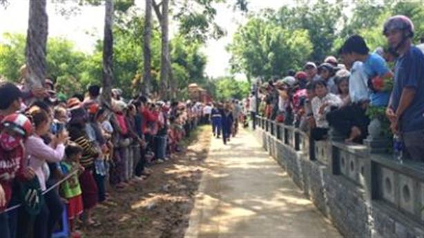 Thảm sát Bình Phước: Nghìn người xếp hàng tiễn đưa nạn nhân
