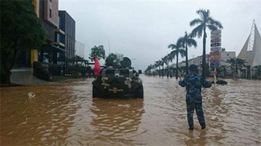 Để hỗ trợ dân vùng lũ thuộc địa bàn thành phố Cẩm Phả (Quảng Ninh), sáng 28/7, Lữ đoàn Hải quân Đánh bộ 147 đã điều động 3 xe thiết giáp BTR-60PB (41.074, 41.072 và 297) làm nhiệm vụ.