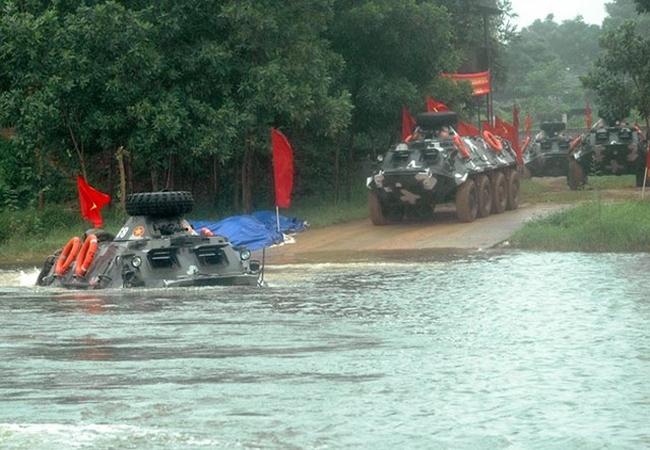 BTR-60 được trang bị 2 động cơ GAZ-40P có công suất tổng cộng 180 mã lực giúp xe đạt tốc độ tối đa 80km/h trên đường nhựa và dự trữ hành trình 600km.