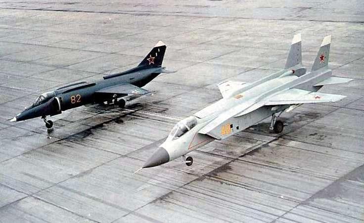 Để phục vụ cho kế hoạch phát triển lực lượng Hải quân Liên Xô, năm 1975, Phòng Thiết kế Yakovlev (Liên Xô) được lệnh nghiên cứu, thiết kế mẫu máy bay cất hạ cánh thẳng đứng và sử dụng đường băng ngắn mới.