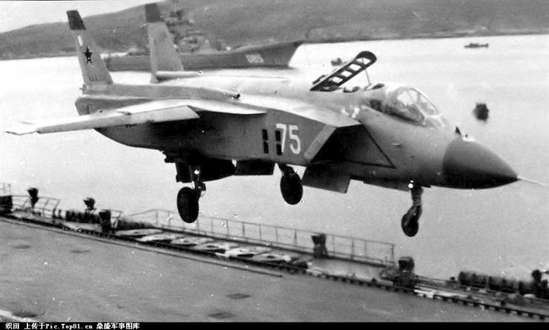 """Năm 1977, Yakovlev được """"bật đèn xanh"""" để phát triển và nghiên cứu đầy đủ với tên gọi Yak-141. Đến tháng 3/1987, tiêm kích Yak-141 thực hiện chuyến bay thử nghiệm đầu tiên. Trong tháng 4/1991, phi công thử nghiệm Andrei Sintsyn thiết lập 12 kỷ lục thế giới trên chiếc Yak-141."""