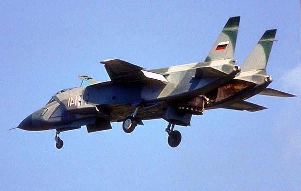 """Để tồn tại sau khi Liên Xô sụp đổ, Yakovlev bắt đầu tìm kiếm những đối tác nước ngoài """"giàu có"""" tiếp tục ấp ủ những dự án máy bay mới. Và họ đã thành công khi thu hút hãng Aermacchi Italy cùng hợp tác phát triển máy bay huấn luyện chiến đấu phản lực thế hệ mới."""