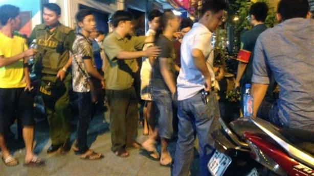 Hai thiếu nữ thách đấu ở phố Nguyễn Huệ bị xử phạt