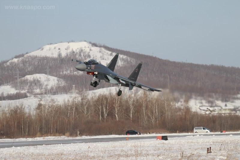 Thông tin này được tuần báo Der Spiegel (Đức) dẫn nguồn từ Bộ Quốc phòng nước này cho biết. Cụ thể, Đức sẽ nâng cấp hệ thống radar và Chương trình tăng cường khả năng linh hoạt (EFEM) trên máy bay tiêm kích Typhoon đang gặp vấn đề để có thể cạnh tranh với tiêm kích Su-35 của Nga. Trong ảnh: Tiêm kích Su-35.