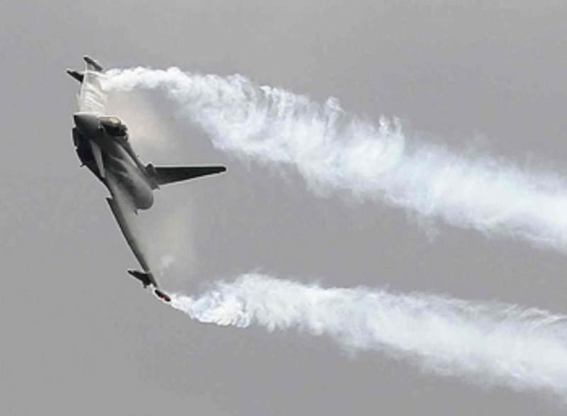 Theo thông tin được nhà sản xuất Eurofighter công khai, việc chương trình EFEM được khởi động vì lí do cạnh tranh với tiêm kích Su-35 và EFEM đã hoàn thành việc thử nghiệm Bộ nâng cấp khí động học (AMK). Theo viên phi công lái thử nghiệm, chiếc máy bay đã vận hành tốt hơn mong đợi. Với AMK, khả năng tấn công ở góc khuất đã tăng lên 45% và khả năng quay tròn cũng được tối đa hoá lên 100%. Trong ảnh: Tiêm kích Typhoon.