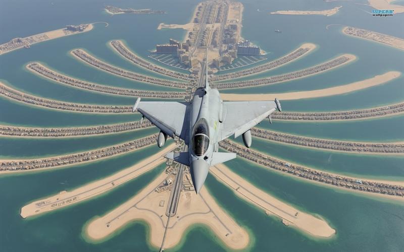 """Điều làm nên sự mạnh mẽ của tiêm kích Typhoon chính là khả năng """"phá vỡ bức tường âm thanh"""" mà không cần sử dụng buồng đốt lần 2. Theo tạp chí Jane's, hiện nay trên thế giới chỉ có Typhoon và F-22 là 2 chiến đấu cơ có khả năng đó."""