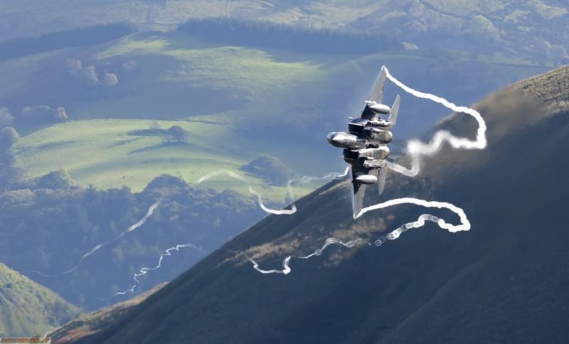 Theo những số liệu được cả Nga và Mỹ công khai cho thấy, tầm hoạt động của Su-27 được đánh giá là lớn hơn F-15 (phiên bản đầu). Sự thua kém này các nhà thiết kế Mỹ đã định giải quyết bằng các thùng dầu phụ treo (không có ở Su-27), nhưng lúc đó máy bay sẽ chỉ mang được ít tên lửa hơn. Trong ảnh: Tiêm kích F-15.