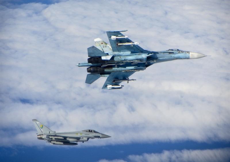 Điều bất ngờ là mặc dù máy bay Nga có linh kiện điện tử kém hơn, nhưng máy tính trên khoang của Su-27 và F-15 lại ngang bằng về hiệu suất và bộ nhớ. Nhưng máy tính Nga hiệu quả hơn khi giải quyết các bài toán điều khiển máy bay và hỏa lực. Trong ảnh: Tiêm kích Su-27.