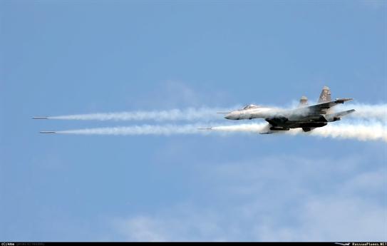 Su-35S nhả đạn rocket như mưa để tấn công mục tiêu mặt đất.