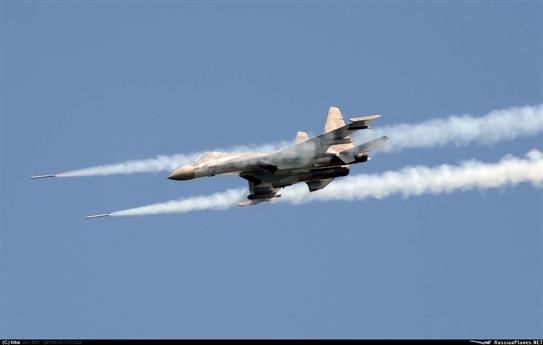 Cận cảnh chiến đấu cơ Su-35S nhả đạn rocket.