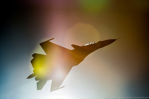 Để chuẩn bị cho màn ra mắt ấn tượng tại triển lãm MAKS-2015, các chiến đấu cơ hiện đại nhất của Không quân Nga như Su-30SM, Su-34 Fullback, Su-35 và đặc biệt là cả máy bay tàng hình PAK FA T-50 đã có những màn luyện tập nhào lộn trên không đầy ấn tượng.