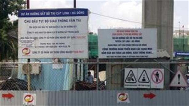 Thanh sắt công trình đường sắt Cát Linh-Hà Đông rơi tự do
