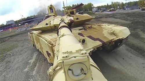 """Ngoài ra, nhà máy Uralvagonzavod sẽ giới thiệu các khả năng của xe tăng T-90MS thích ứng với điều kiện các quốc gia Ả-rập, cũng như phiên bản xe bọc thép chở quân cải tiến BTR-80 và xe chiến đấu bộ binh bánh hơi do nhà máy chế tạo sau khi đóng cửa sự án Nga – Pháp """"Antom""""."""