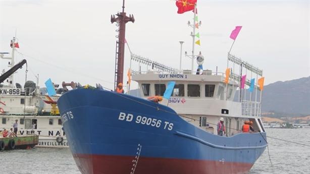 Tàu vỏ thép 18 tỉ đồng vẫn nằm bờ chờ...mẫu lưới