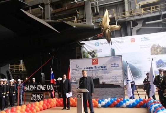 Về phía Nga có Tư lệnh Hải quân Nga Viktor Chirkov; Tổng giám đốc Nhà máy Aleksandler Buzakov; Phó Tổng giám đốc công ty xuất khẩu vũ khí Rosoboronexport Igor Sevaschianov.