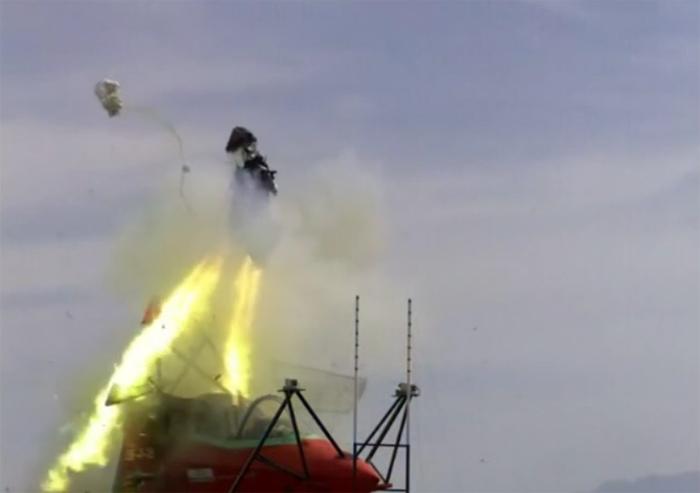 Mức độ nguy hiểm của ghế phóng thoát hiểm US16E do hãng Martin-Baker chế tạo trong thử nghiệm đã bẻ gãy cổ nhiều hình nộm phi công khi máy bay F-35 di chuyển ở tốc độ thấp hơn bình thường.
