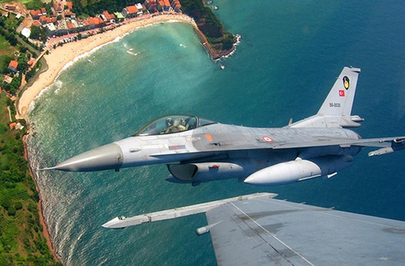 Theo bảng xếp hạng này, Thổ Nhĩ Kỳ hiện có tới gần 2000 máy bay trong biên chế. Loại tiêm kích hiện đại nhất không quân nước này là F-16 với khoảng 240 chiếc, trong đó, có 30 chiếc F-16C block 52 plus, còn lại là các máy bay thế hệ cũ như F-5E, F-4 Phantom, 4 máy bay chỉ huy và cảnh báo sớm trên không B-737. Trong ảnh: Tiêm kích F-16.