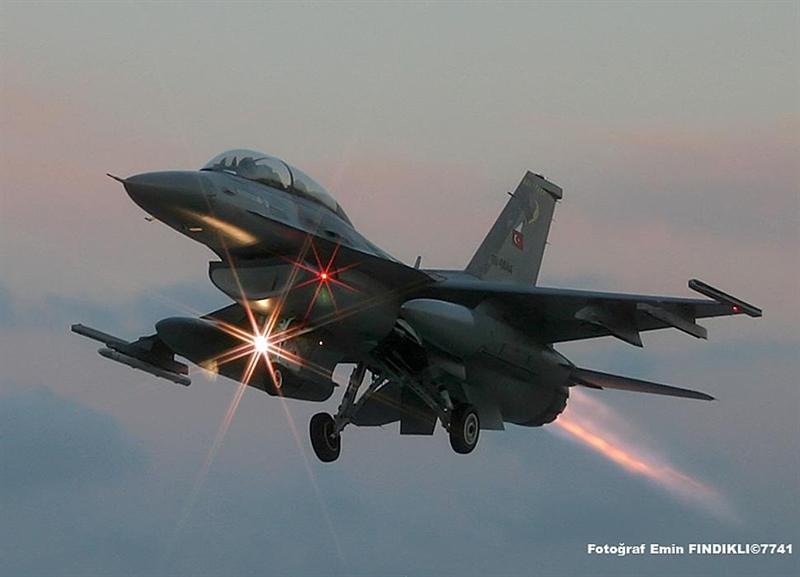 Theo bảng xếp hạng của trang web Global Fire Power tính đến hết năm 2013, Thổ Nhĩ Kỳ sở hữu sức mạnh quân sự đứng thứ 7 trên thế giớ và đứng thứ 3 trong khối NATO (chỉ sau Mỹ và Anh). Trong ảnh: Tiêm kích F-16.