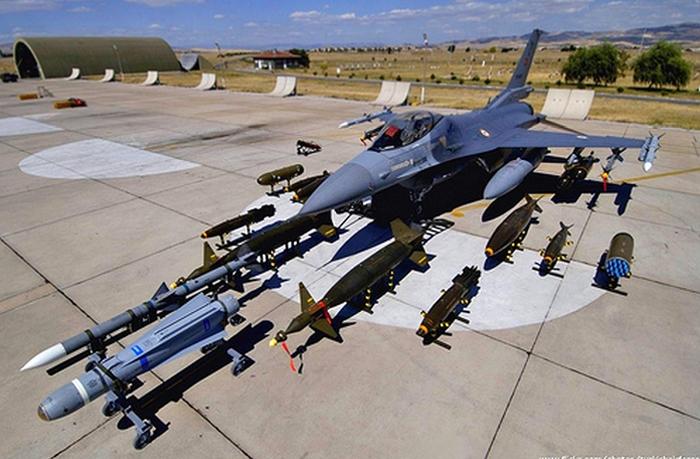 Dù sở hữu lực lượng Không quân rất mạnh nhưng trong vài năm trở lại đây, Thổ Nhĩ Kỳ vẫn tiếp tục mạnh tay đầu tư cho Không quân. Cụ thể, vào tháng 4/2011, Bộ Quốc phòng Thổ Nhĩ Kỳ đã thông qua hợp đồng mua 109 máy bay trực thăng T-70 Blackhawk của Mỹ với tổng trị giá khoảng 3,5 tỷ USD. Trong ảnh: Tiêm kích F-16.