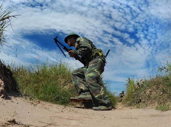 Lực lượng bộ binh Tiểu đoàn 6 cơ động vào vị trí chiến đấu.