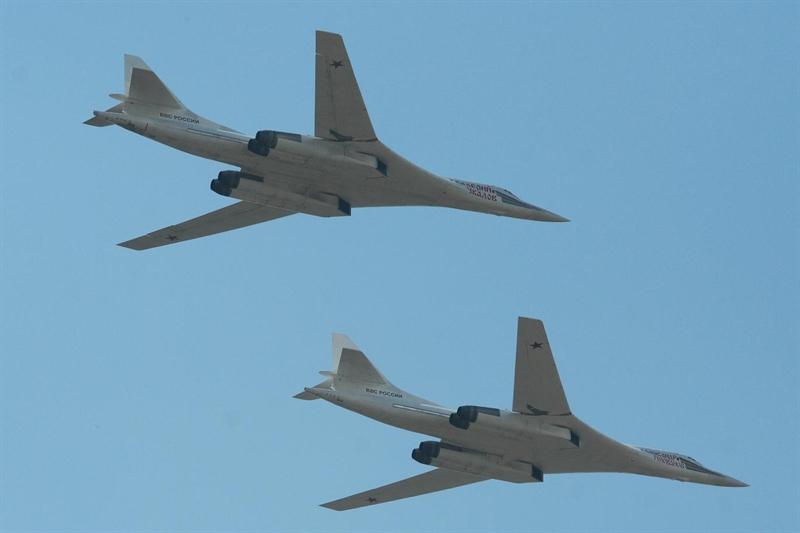 Được biết, tiêm kích Typhoon là trang bị hiện đại nhất trong biên chế của RAF.  Theo giới thiệu từ nhà sản xuất, Typhoon được chế tạo từ các vật liệu gồm: vật liệu tổng hợp sợi các bon, nhôm lithi, titan… Typhoon có kích thước không quá lớn, chiều dài 15,96m, sải cánh 10,95m, cao 5,28m, trọng lượng cất cánh tối đa 23,5 tấn. Máy bay được chế tạo với vật liệu composite sợi carbon chiếm tới hơn 70% khiến trọng lượng nhẹ đi nhiều. Trong ảnh: Máy bay Tu-160.