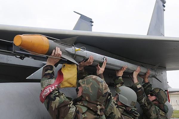 Tên lửa Sidewinder có trọng lượng 85 kg, trong đó trọng lượng đầu đạn nặng khoảng 20.8 pound (9.4 kg) gồm có 4 phần chính: đơn vị điều khiển hướng, phát hiện mục tiêu, đầu đạn và động cơ tên lửa.
