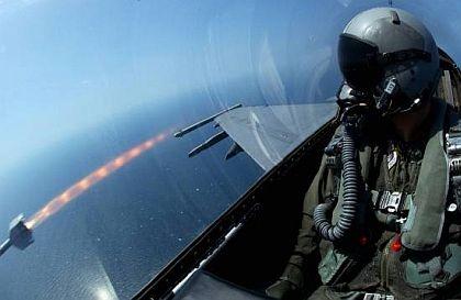 Sidewinder có chiều dài thân 3 m, đường kính 12,7 cm, sải cánh đuôi 44.5 cm và sải cánh mũi 35.31 cm. Sidewinder được Hải quân Mỹ nghiên cứu và phát triển để thay thế loại AIM-4 Falcon lúc bấy giờ đang được không quân Mỹ sử dụng.