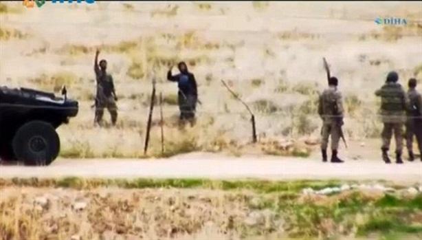 Video nóng: Lính Thổ Nhĩ Kỳ tay bắt mặt mừng với IS