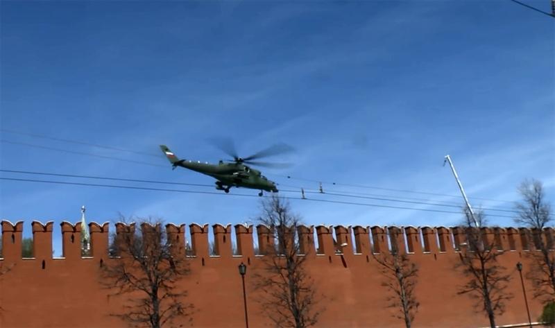 Theo Rossiyskaya Gazeta, các cửa sổ của trực thăng từng xuất hiện lần đầu tiên tại cơ sở sản xuất ở Rostov vào tháng 2/2013, có hình chữ nhật.