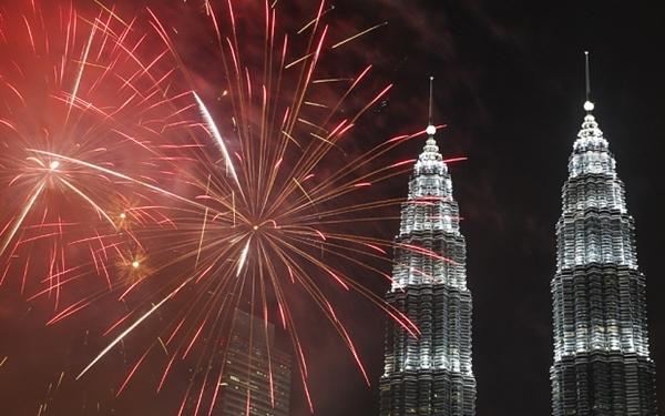 Pháo hoa tại tòa tháp đôi nổi tiếng của Malaysia.