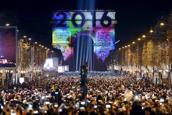 Người dân Pháp đổ về Arc de Triomphe (Khải Hoàn Môn) ở Paris.
