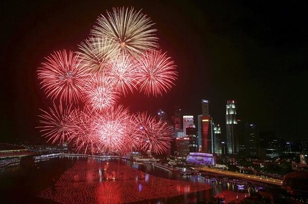 Khung cảnh thời khắc giao thừa tại vịnh Marina, Singapore.