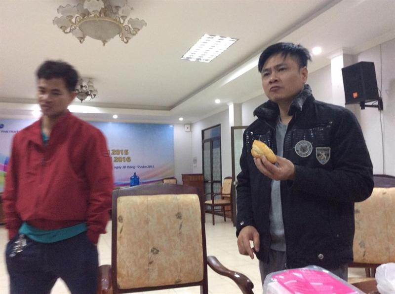 Tự Long ăn vội chiếc bánh mì chống đói trong hậu trường tập luyện Táo quân 2016. 2015 là một năm có nhiều thay đổi lớn với Tự Long như lập gia đình lần 2, được trao tặng danh hiệu NSND, lên chức Phó giám đốc Nhà hát Chèo quân đội.