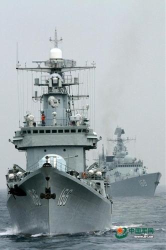 Một đội tàu khu trục bao gồm: Khu trục tên lửa Quảng Châu (Hull Số 168), Chu Hải (Hull số 166) và Vũ Hán (Hull số 169) từ Hạm đội Nam Hải tiến hành tập trận.