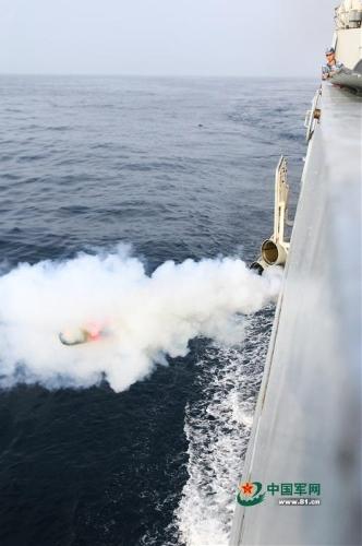 """Trong quá trình tập luyện, ba tàu khu trục đã tiến hành các nội dung diễn tập đối kháng, chống ngầm và khai hỏa ngăn chặn """"phi cơ địch""""."""