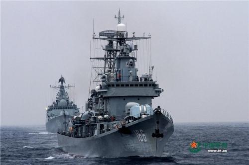 Tàu khu trục tên lửa Chu Hải (phía trước) và khu trục tên lửa Vũ Hán của Trung Quốc trong buổi tập trận.
