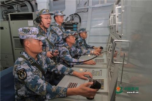 Bên trong phòng điều khiển một tàu khu trục tên lửa. Viên chỉ huy đang ra hiệu lệnh.