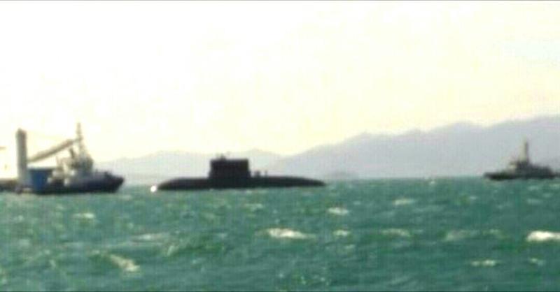 Với sự hộ tống của các tàu chuyên dụng, tàu ngầm Kilo 186 - Đà Nẵng với lá cờ đỏ sao vàng bay phấp phới trên nóc, lừng lững tiến sát vào quân cảng, hụ vang tiếng còi hơi chào quân cảng.