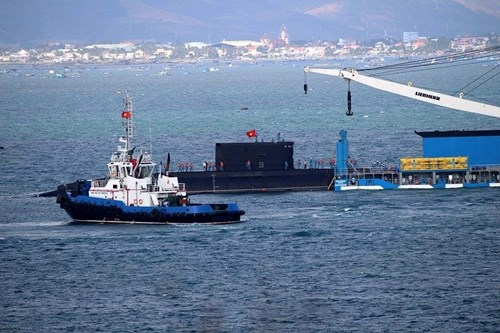 Đến 10h45 cùng ngày, chiếc Kilo 186 - Đà Nẵng đã được đưa vào nằm gọn trong Cảng tàu ngầm thuộc Lữ đoàn Tàu ngầm 189, nơi có 4 tàu ngầm Kilo: Hà Nội, TP.Hồ Chí Minh, Hải Phòng, Khánh Hòa đang neo đậu.