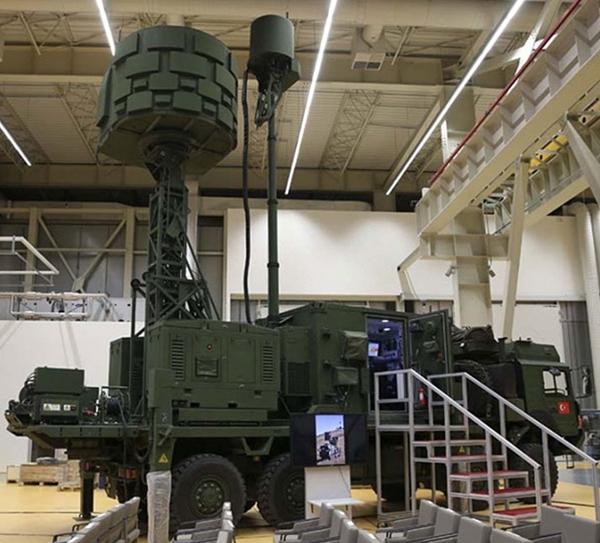Hệ thống gây nhiễu radar cơ động KORAL là khí tài mới nhất được bổ sung cho năng lực tác chiến điện tử của Thổ Nhĩ Kỳ. Hệ thống phòng thủ/tấn công điện tử này có khả năng làm nhiễu và đánh lừa các radar thông thường cũng như tinh vi của đối phương.