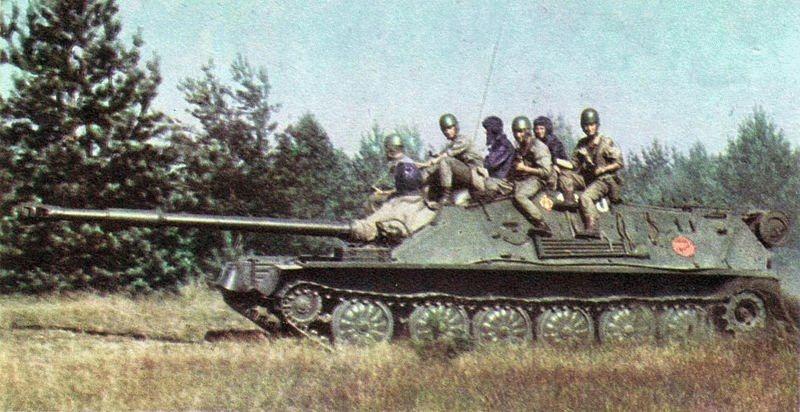 ASU-85 được thiết kế lại khá nhiều so với PT-76, nó không còn tháp pháo mà hỏa lực chính được gắn trực tiếp vào thân xe tăng, qua đó chiều cao tổng thể và trọng lượng xe giảm so với nguyên bản, đặc biệt thích hợp với các phương tiện vận chuyển là máy bay.