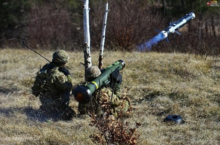 Một binh sĩ Mỹ thực hành bắn đạn thật với tên lửa chống tăng FGM-148 Javelin.