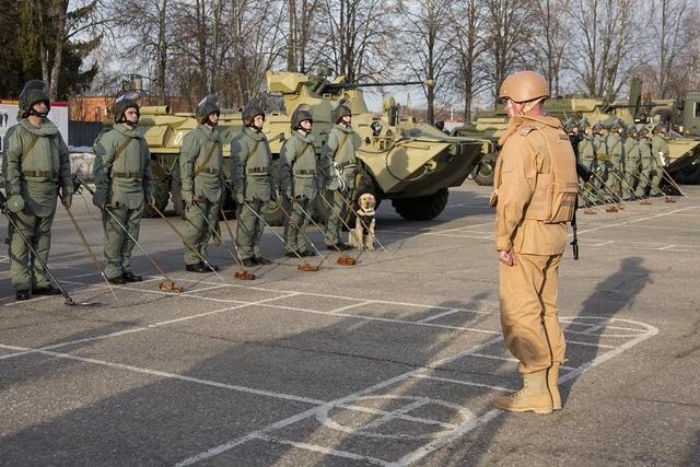 Các xe thiết giáp mang tổ hợp chế áp thiết bị nổ điều khiển bằng sóng radio cũng được đưa đến Syria.