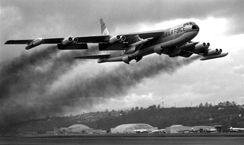 B-21 được thiết kế để thay thế máy bay ném bom B52 (ảnh) và B2 của Mỹ với thiết kế tùy chọn có người lái hoặc không người lái có thể mang cả vũ khí thông thường lẫn vũ khí hạt nhân.