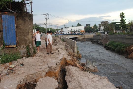 Chiều 5/5, tại địa bàn tỉnh Đồng Nai xảy ra cơn mưa khá lớn, rải rác nhiều nơi kéo dài khoảng 1 giờ. Sau cơn mưa, tại khu vực suối Săn Máu nơi có cây cầu Xóm Mai dài khoảng 30 m (tại khu phố 1, phường Trảng Dài, TP Biên Hòa) người dân tập trung rất đông chứng kiến từng đoạn chân kè bê tông gần cây cầu lần lượt sụt lún, đổ sập.