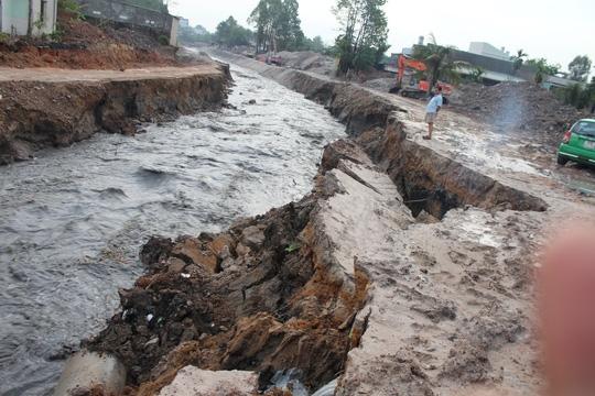Theo quan sát, hai đoạn bờ kè này kéo dài khoảng 150m phía hạ lưu cầu Xóm Mai dọc theo ngã 3 suối Săn Máu. Sau cơn mưa, các đoạn bờ kè cả hai bên chân cầu bị xói mạnh hổng phần dưới rồi lần lượt đổ sụp, bị cuốn trôi.